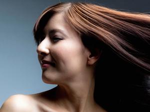 髪質の悩みの原因は、本体毛髪内部にあるはずのケラチンタンパク質が減少しているからです。ケミカルダメージ、紫外線、エイジングなどの様々な要因でケラチンタンパク質は失われます。この大切なケラチンタンパク質を特許技術によって再生し、髪を新しく作り直す世界初のトリートメントです!!